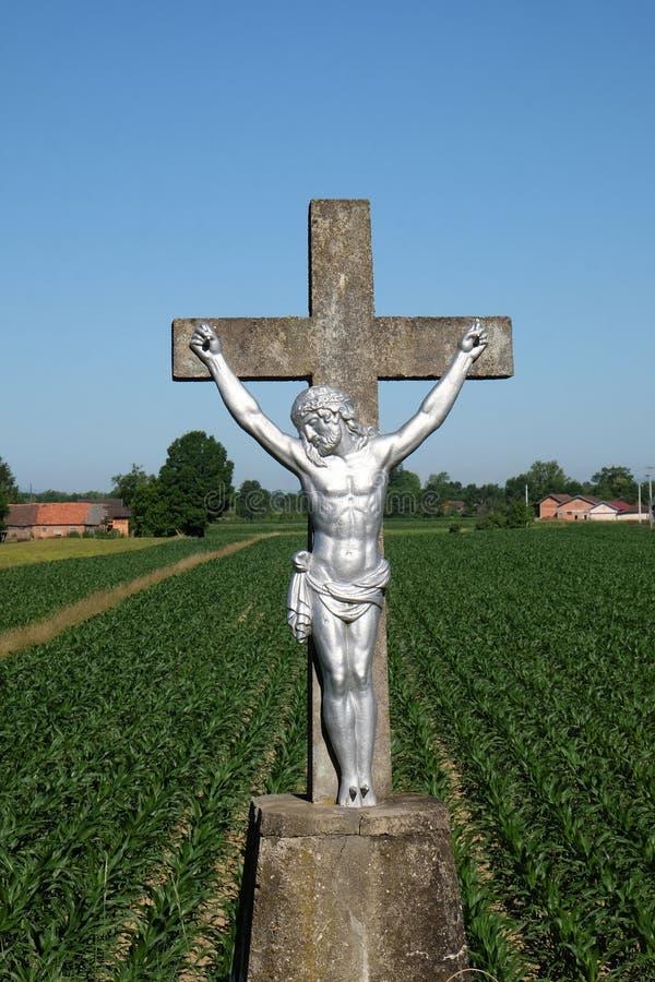 与耶稣雕象的宽容路边寺庙十字架的在Scitarjevo,克罗地亚 免版税库存照片