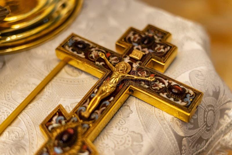 与耶稣o的金黄正统十字架 免版税图库摄影