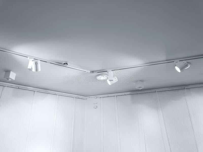 与聚光灯的陈列天花板在空的墙壁附近 图库摄影