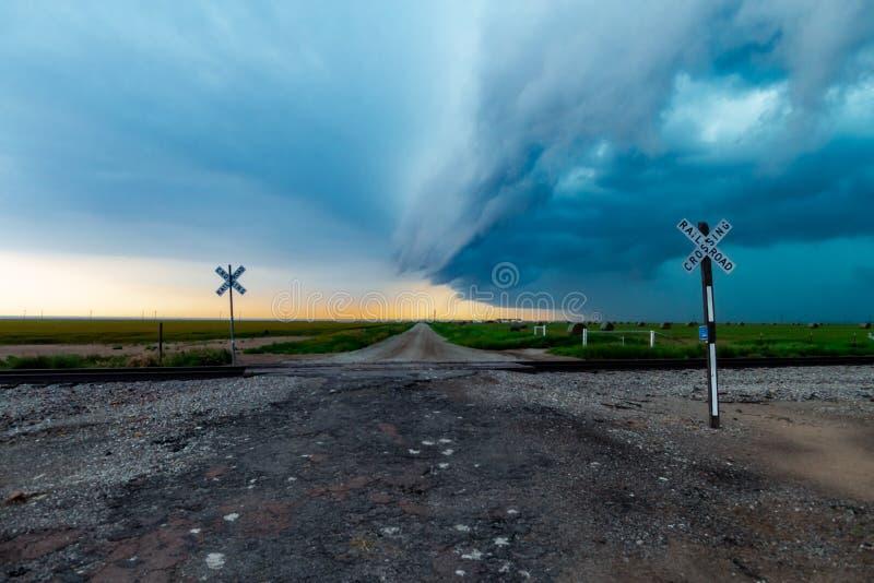与聚合在土路的飑线的风雨如磐的横穿 图库摄影