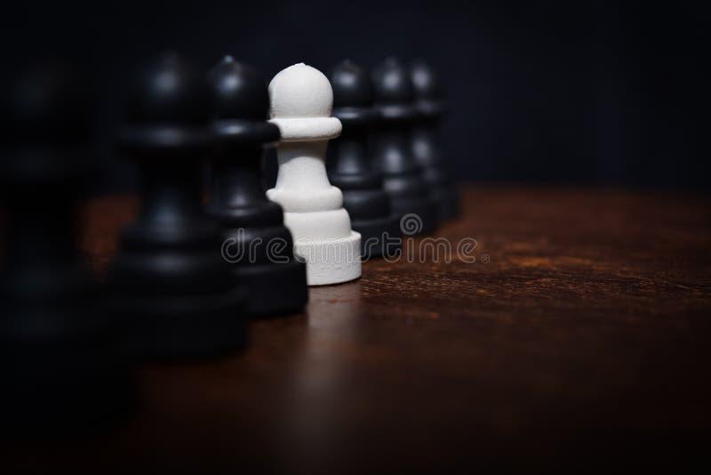 与聚焦的棋子白色上面的 免版税库存照片