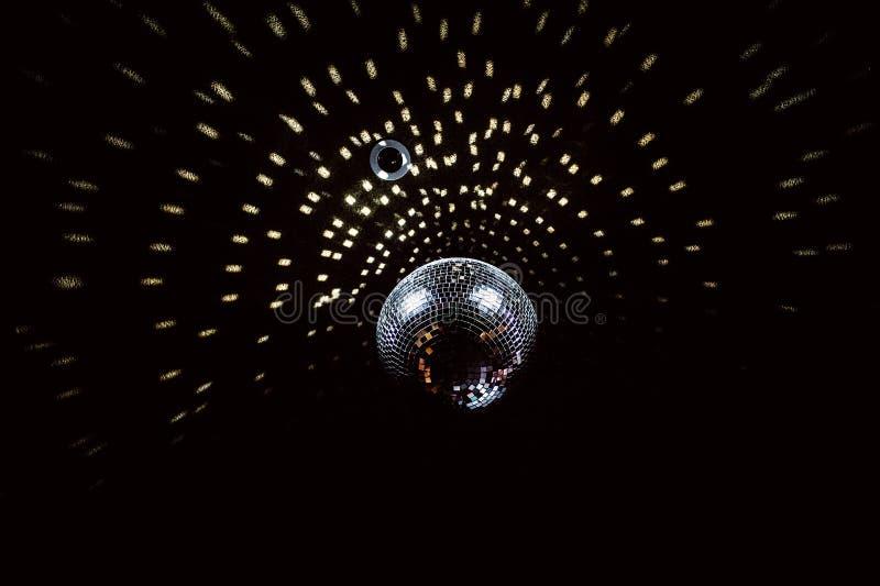 与聚焦的迪斯科球在黑天花板 免版税图库摄影