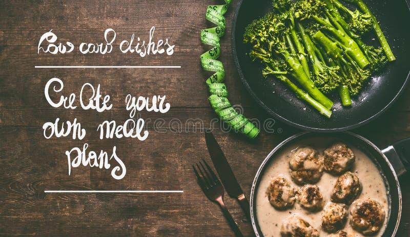 与肉丸、硬花甘蓝、利器和措施磁带的低碳盘在与文本的木背景:创造您自己的膳食计划 免版税库存照片