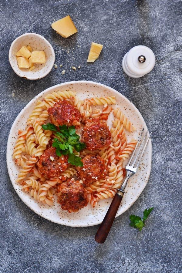与肉丸、西红柿酱和巴马干酪的意大利面团 免版税图库摄影