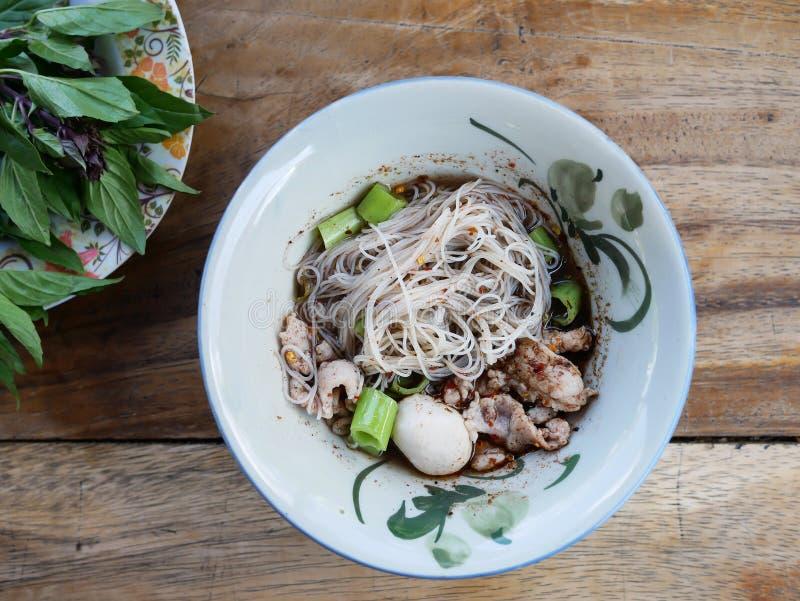 与肉丸和切片猪肉的泰国样式小船面条从母牛或 库存照片