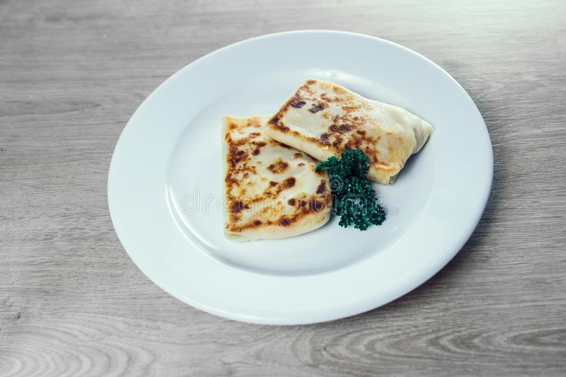 ?? 与肉装填和荷兰芹小树枝的薄煎饼  免版税库存图片