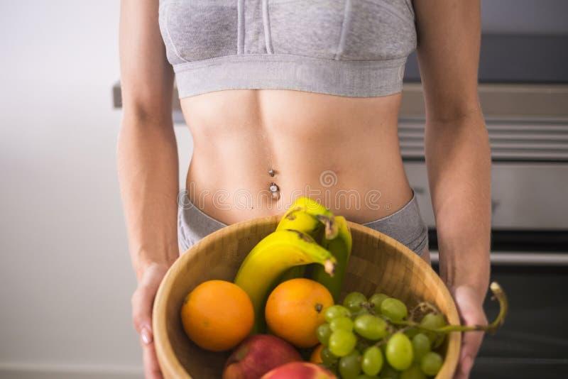 与肌肉的完善的女性白种人身体和大小obteined与饮食和健身每天 健康生活方式concpet 库存照片