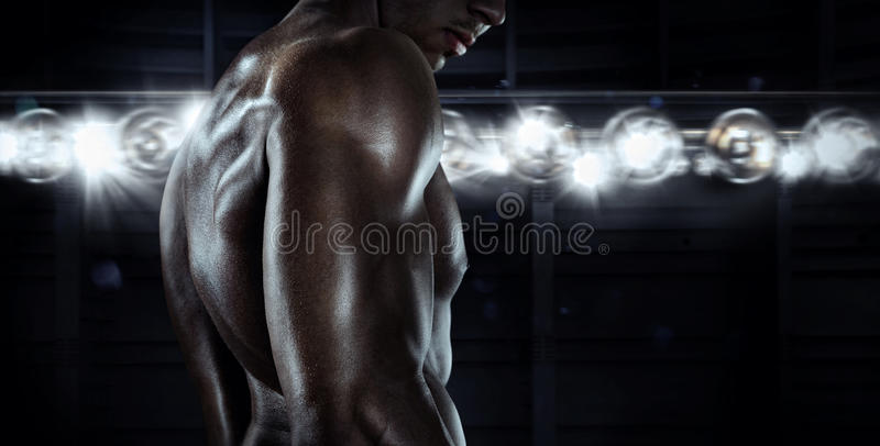 与肌肉适合和强有力的身体的男性运动模型 免版税库存照片