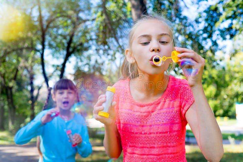 与肥皂泡的孩子 免版税图库摄影