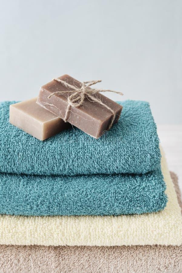 与肥皂酒吧的毛巾 免版税图库摄影