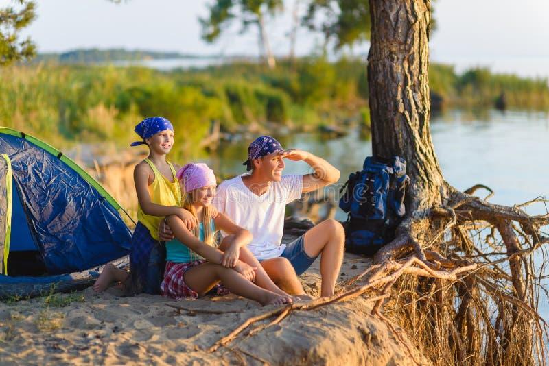 与背包和帐篷的愉快的家庭调查距离 免版税库存照片