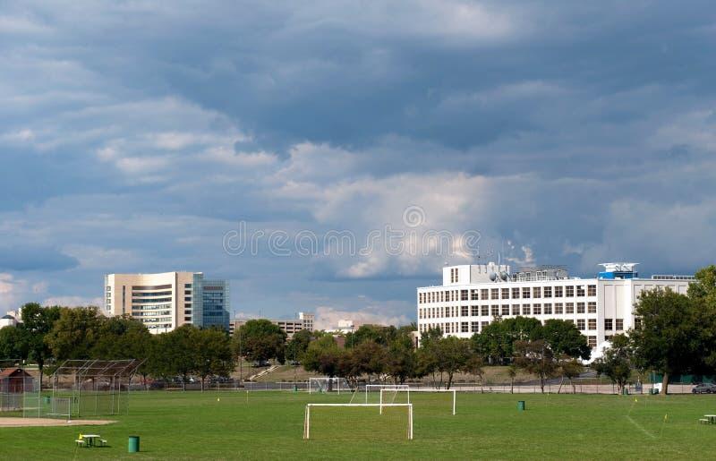 与背景大厦的运动场 免版税库存照片