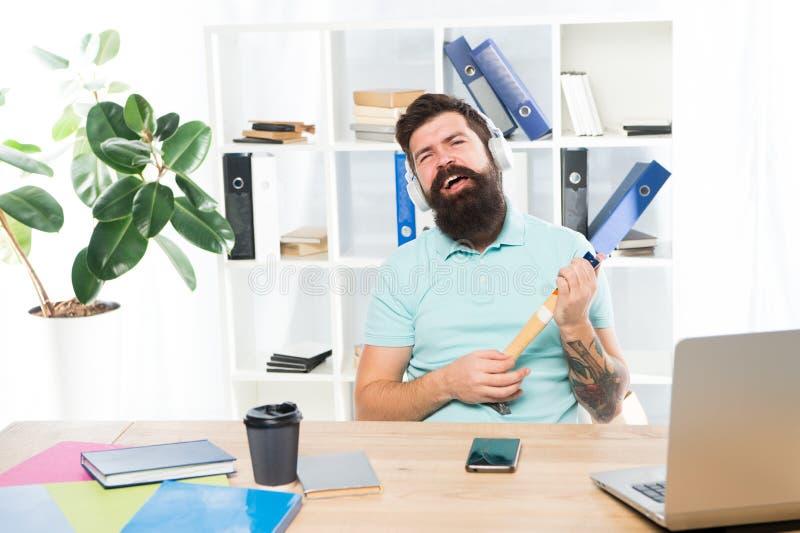 与胡子的商人和髭发狂与锤子在手上 被挫败的办公室工作者藏品锤子保持了平衡准备好 免版税库存照片