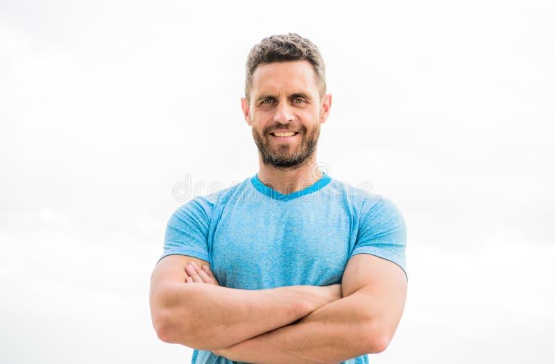 与胡子的肌肉男性 在白色隔绝的愉快的人 有运动身体的运动员 在健身健身房的教练 在锻炼以后 免版税库存照片