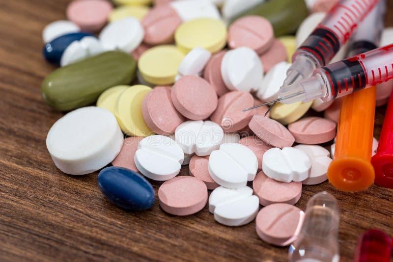 与胰岛素注射器的药片 免版税库存照片