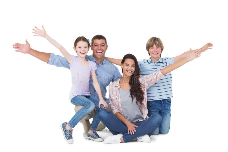与胳膊的愉快的家庭伸出在白色背景 库存照片
