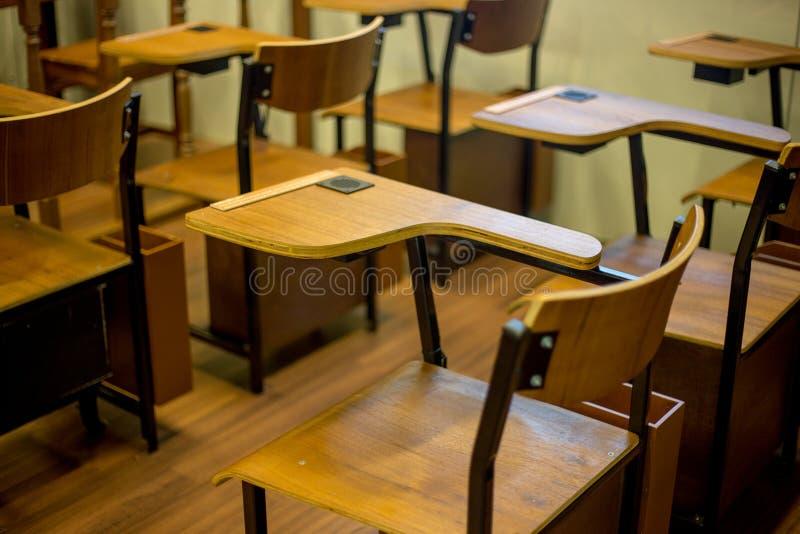 与胳膊酒吧的经典教室椅子 免版税库存图片