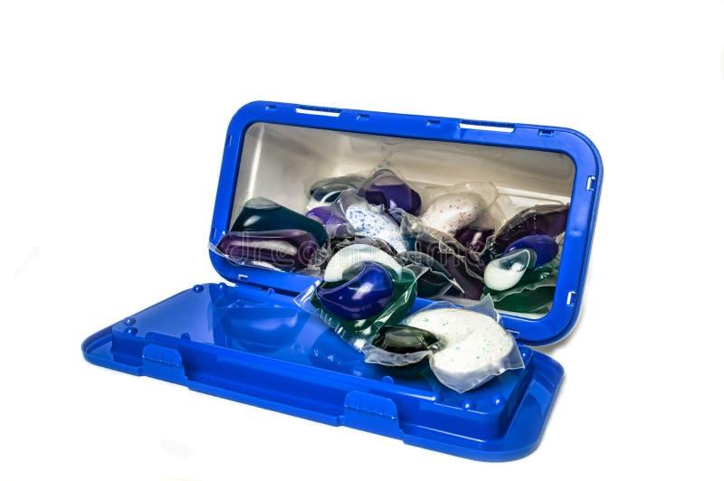 与胶凝体的胶囊洗涤的在一个白色背景特写镜头的塑胶容器 免版税库存图片