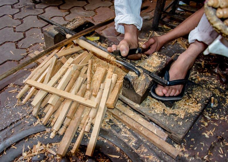 与脚一起使用,雕刻木头在Marrakchech,摩洛哥 库存照片