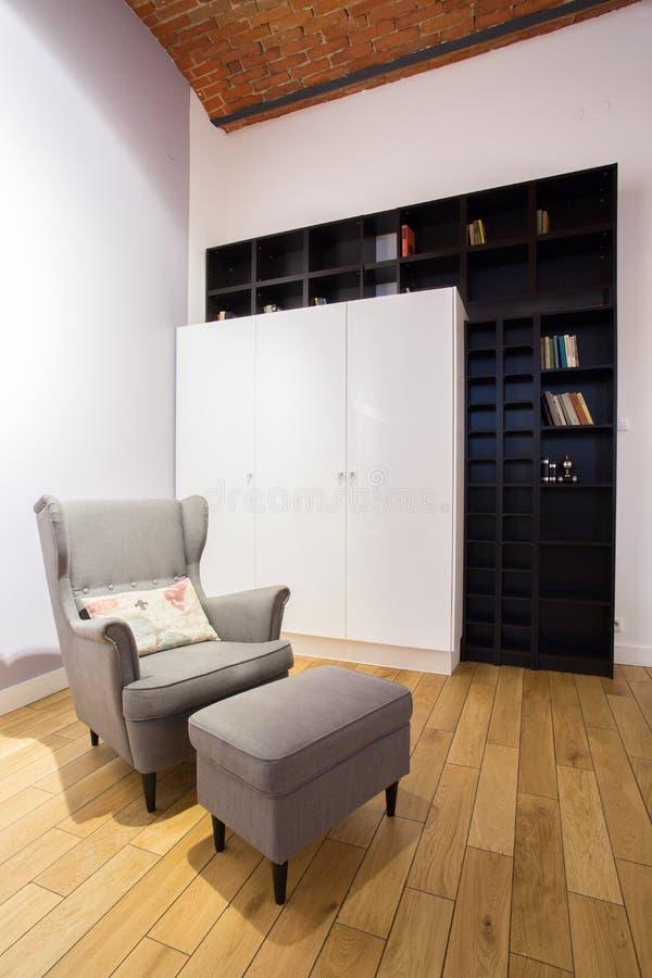 与脚凳的被设计的椅子 免版税库存图片