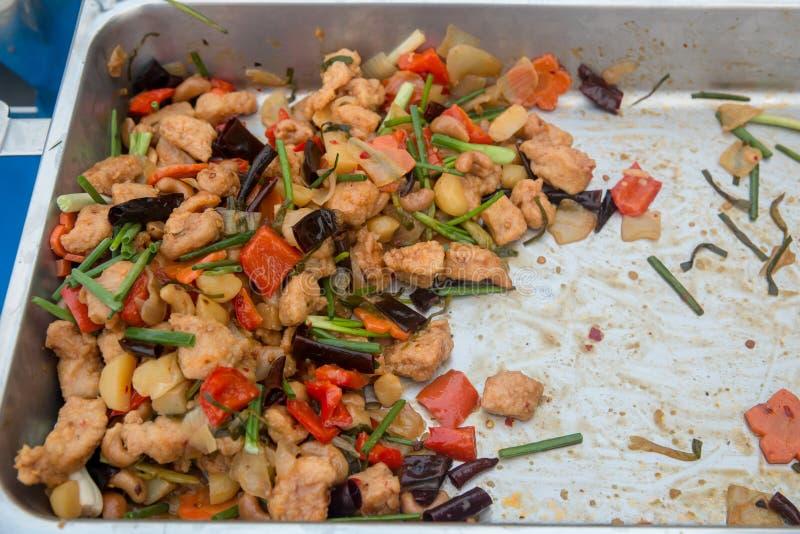 与腰果的混乱炸鸡 与腰果的混乱油煎的鸡,硬花甘蓝, 免版税库存照片