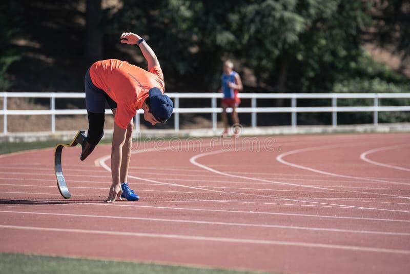 与腿假肢的残疾人运动员训练 库存照片