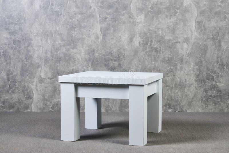 与腿的白色木桌在办公室,室内 库存照片