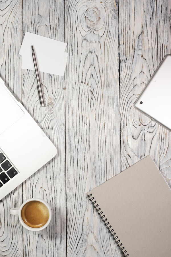 与膝上型计算机、笔记薄,笔和其他的办公桌桌供应 库存图片