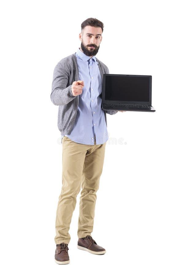 与膝上型计算机的成功的确信的商人把手指指向的选择您的照相机 免版税库存照片