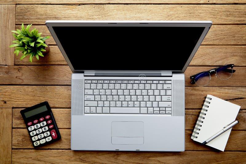 与膝上型计算机的木办公桌桌 免版税库存照片