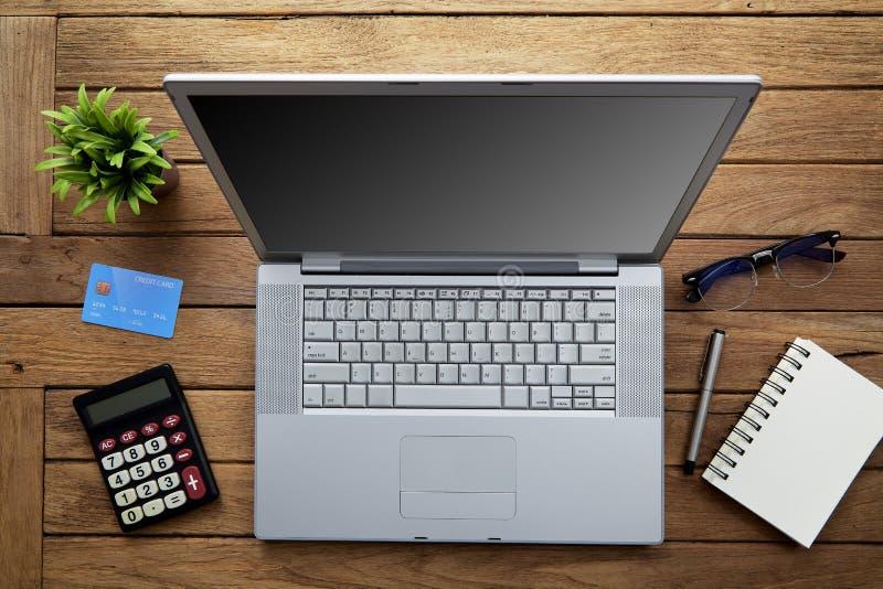 与膝上型计算机的木办公桌桌 免版税库存图片