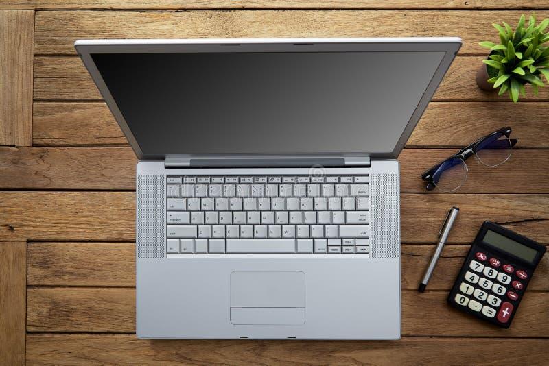 与膝上型计算机的木办公桌桌 库存图片