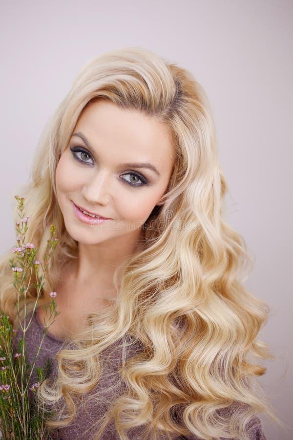 与自然成份的香波,概念 一年轻美女的画象有长和健康头发的 免版税库存照片