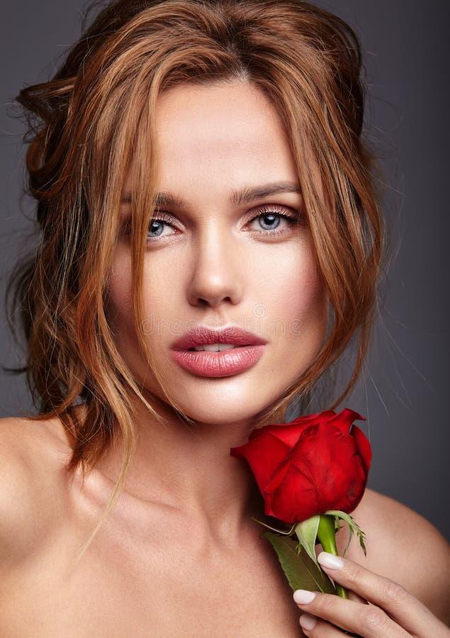 与自然构成和完善的皮肤的年轻模型 免版税库存图片