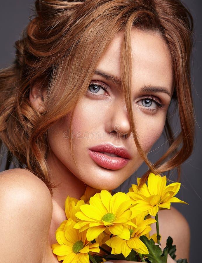 与自然构成和完善的皮肤的年轻模型 库存照片