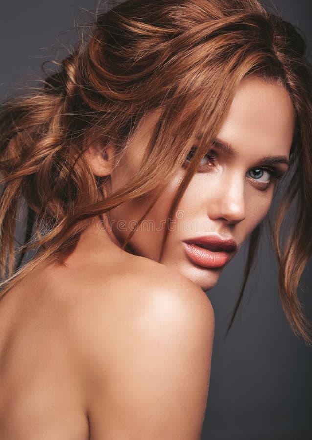 与自然构成的年轻白肤金发的妇女模型 免版税库存图片