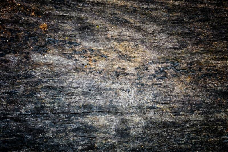 与自然样式和镇压的老木纹理作为背景的表面上 从中心变暗 免版税图库摄影