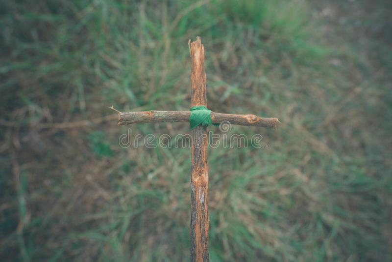 与自然的十字架在小山的森林是Blackground 免版税库存照片