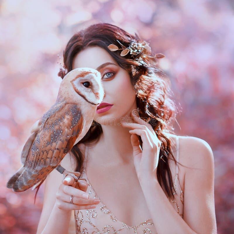 与自然的团结,逗人喜爱的女孩画象摄影有公平的皮肤的和野生猫头鹰 库存照片