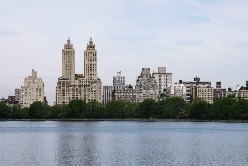 与自然结合的都市风景 免版税库存照片
