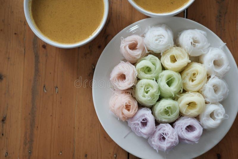 与自然草本颜色的泰国细面条 米线&咖喱s 库存图片