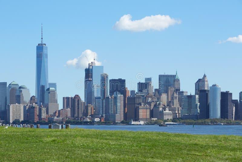 与自由塔和绿色草甸的纽约地平线 图库摄影