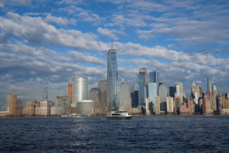 与自由塔的纽约街市地平线如被看见从泽西市2017年4月 免版税库存图片