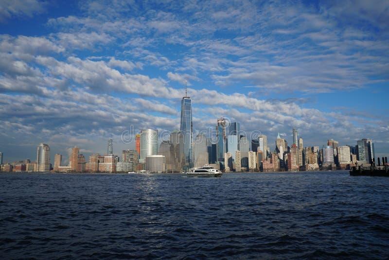 与自由塔的纽约街市地平线如被看见从泽西市2017年4月 库存图片