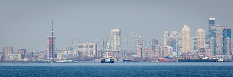 与自由女神象的曼哈顿地平线 免版税库存照片