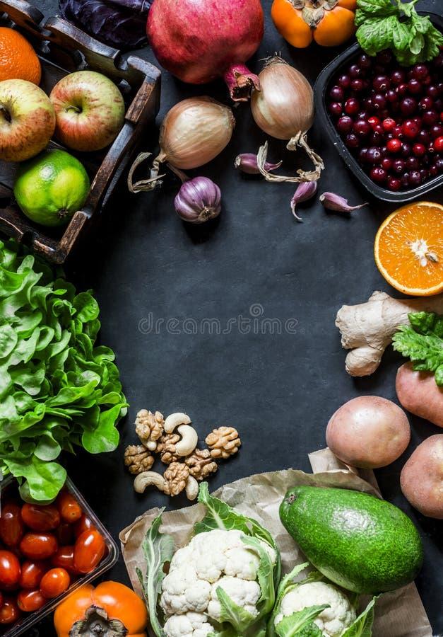 与自由空间的新有机自然食物背景文本的,顶视图,黑暗的背景 免版税库存图片
