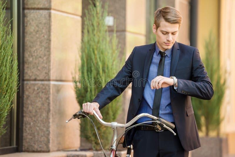 与自行车的商人 免版税库存图片