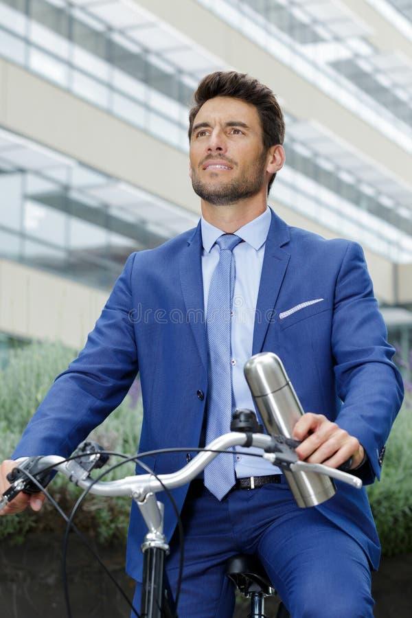 与自行车的年轻商人 库存照片