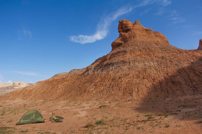 与自行车的沙漠阵营 图库摄影