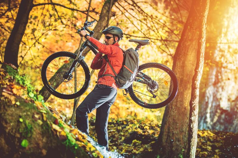 与自行车的骑自行车的人艰难步行 免版税库存照片